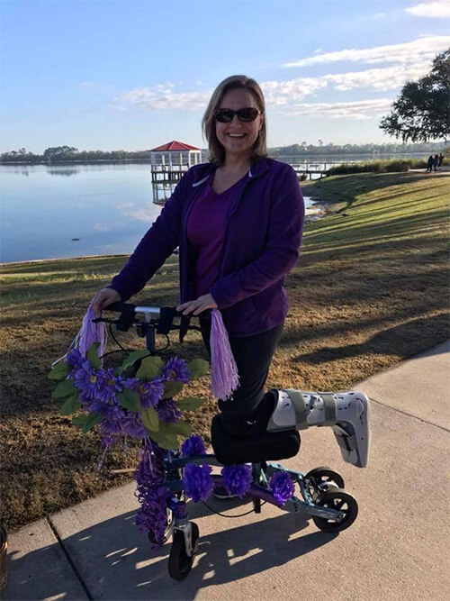 Nicole from Altamonte Springs dressed up the Swivelmate Knee Scooter with flower power!