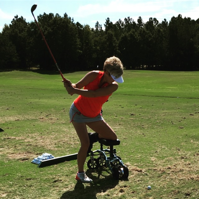 woman golfing on swivelmate knee walker
